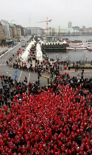 Санта-Клаусы установили рекорд Собрания, парады, забеги и соревнования Дедов Морозов и Санта-Клаусов проходят по всей Европе. Не исключение и город Гамбург, в котором 2000 человек, переодетых в костюмы Санты, приняли участие в благотворительном забеге Christmas Santa Run