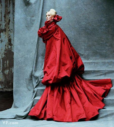 Лучшие фото года. Vanity Fair Дафне Гиннес. Photograph by Michael Roberts; styled by Mouchette Bell