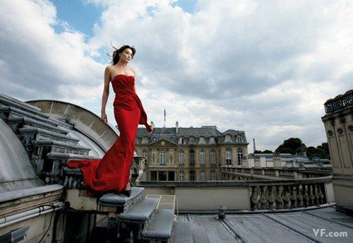 Лучшие фото года. Vanity Fair Карла Бруни. Photograph by Annie Leibovitz; styled by Michael Roberts