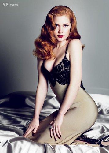 Лучшие фото года. Vanity Fair Эми Адамс. Photograph by Mert Alas and Marcus Piggott; styled by Michael Roberts