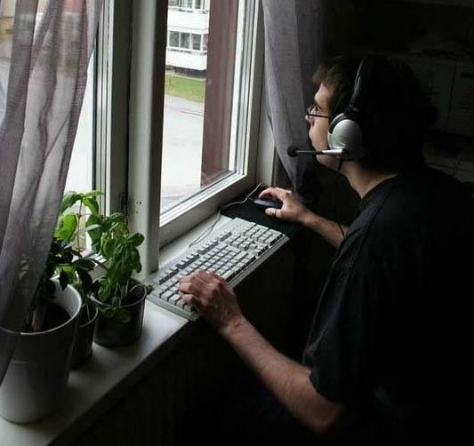 Фото приколы, курьезы: Компьютерные - Жизнь - игра. Задумана идеально, сюжет - дерьмо, графика обалденная!