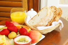 Как испечь горячий ароматный хлеб к завтраку? Легко!
