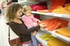 Обязан ли покупатель сдавать сумку в супермаркете? Как защитить свои права