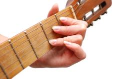 Анна Смирнова-Марли и её гитара: как песня на русском языке стала вторым официальным гимном Франции?