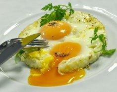 Как приготовить яичницу «Холостяцкую»? Ее отличие от семейной