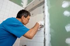 Новая плитка в ванной или на кухне: справимся сами с ремонтом? Конечно!