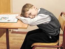 Плохая осанка чревата запорами и проблемами с головой. Как отучить ребёнка сутулиться?