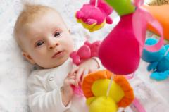 Какие развивающие игрушки для ребёнка до полугода можно сделать самому?
