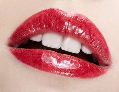 Мужчины охотнее тратят деньги на женщин с красными губами