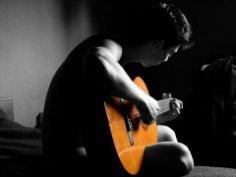 Как бысто научиться играть на гитаре?
