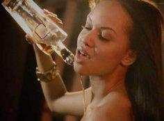 Компания предлагает алкогольные напитки, вылитые на грудь девушек