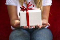 Почему женщины так любят получать подарки?