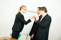 Как реагировать на неодобрение со стороны окружающих?
