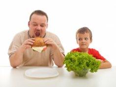 Маленькие слабости сильного пола: как изменить его пищевые привычки?