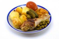 Как приготовить курицу с картофелем, запеченную в горшочке, если нет горшочка?