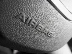 Когда поможет автомобильная подушка безопасности, и когда не навредит?
